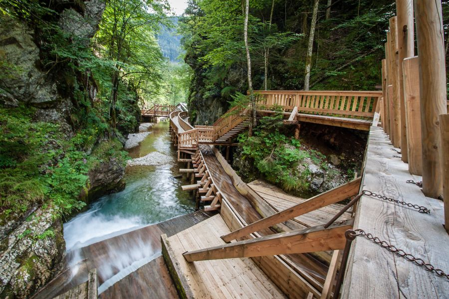 Dřevěná vodní stezka vúdolí řeky Mendling